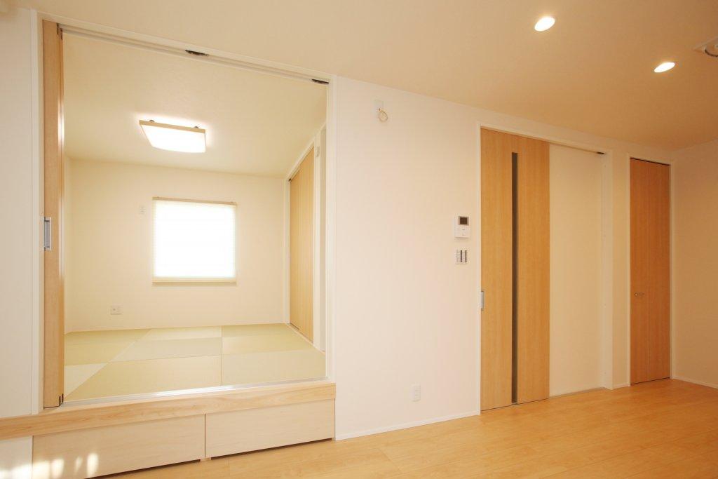 和室は一段上げたお座敷にしました。下はおもちゃや座布団を入れれる引き出し収納です。