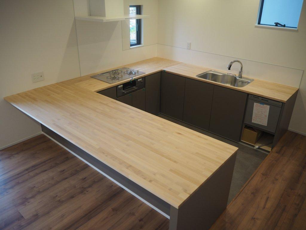 一般的なキッチンの天板の高さは85cm・ダイニングテーブルの高さは70cmなので、キッチンの床を15cm落としてフラットのカウンターで調理+食事が出来るようにしました。