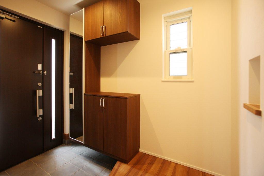 コの字型の玄関収納は靴を40足収納できます。カウンター部分には小物飾れて、鏡も付いてる便利なアイテムです。