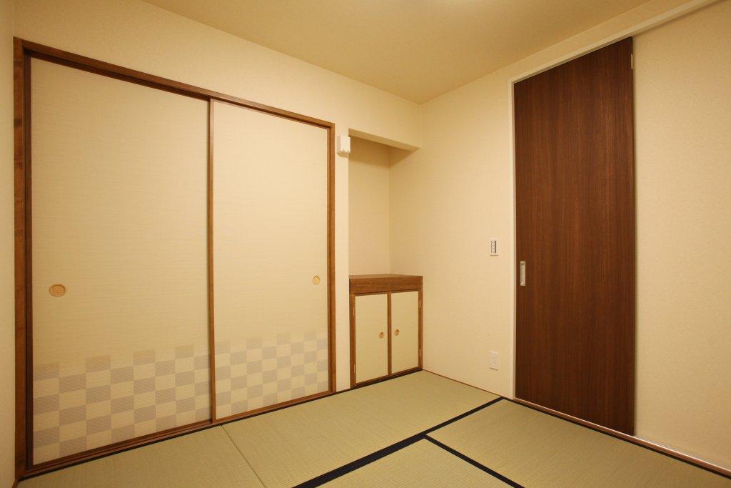 客間として使いたい和室は、リビングと繋げず完全に独立した形になります。地袋の上はコンパクトな床の間のスペースとして、お花や人形を飾れるようにしました。