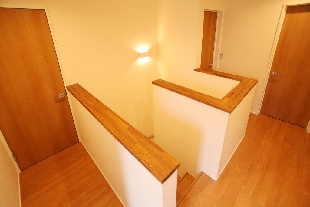 階段をお家の真ん中に持って来ることで、2階に長いローカやホールが出来ず、最小のスペースで済みました。