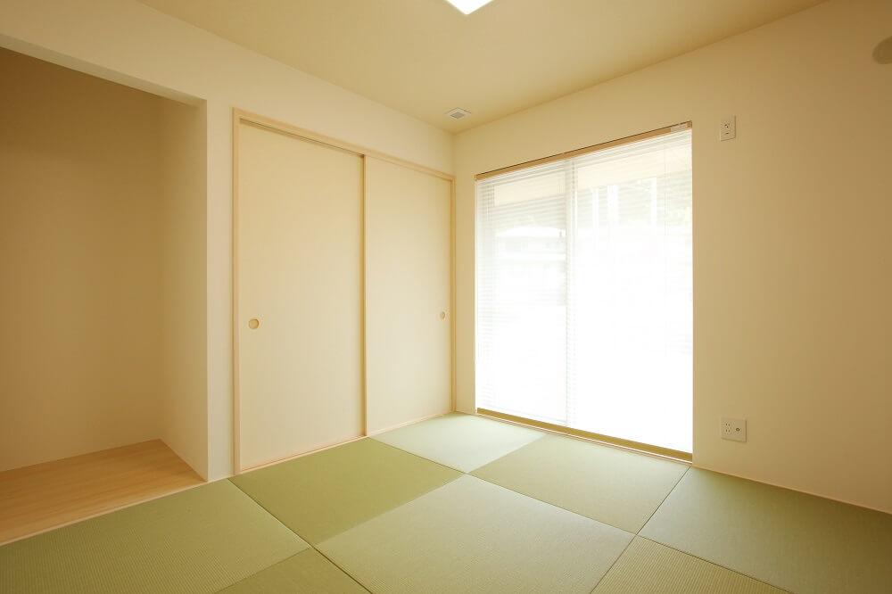 和室は半畳のタタミを採用しました。い草の畳に比べ表面が強いので、小さいお子さんに安心して和室で遊んで貰うことが出来ます。