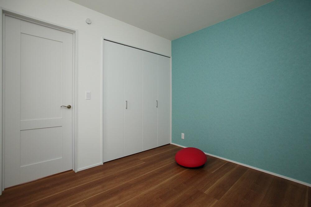 洋室の壁は一面アクセントクロスにすることで、もっと自分たちの好きな空間にしました。