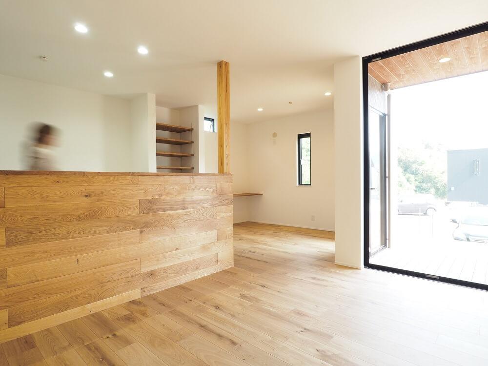 【オーク材の腰壁】床材と統一感を持たせた腰壁は、  オーク材で重厚感のある雰囲気がかっこいい。