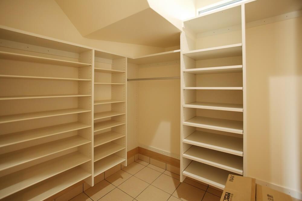 玄関と並ぶような形で家族玄関のスペースを設けました。階段下のスペースも活用して、少ない空間で多くの収納を作ることができました。