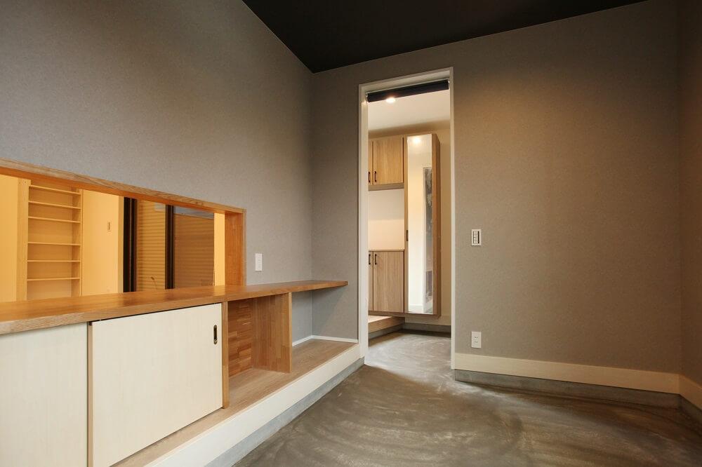 水槽のお手入れがしやすいように水槽を置く部屋は土間にしました。水槽を置くカウンターの下は収納として使えるようにしました。