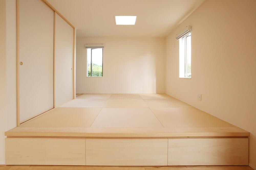 和室は40㎝床から上げたお座敷にしました。上がった部分は腰掛けにしたり、下を収納として使えるようにしました。