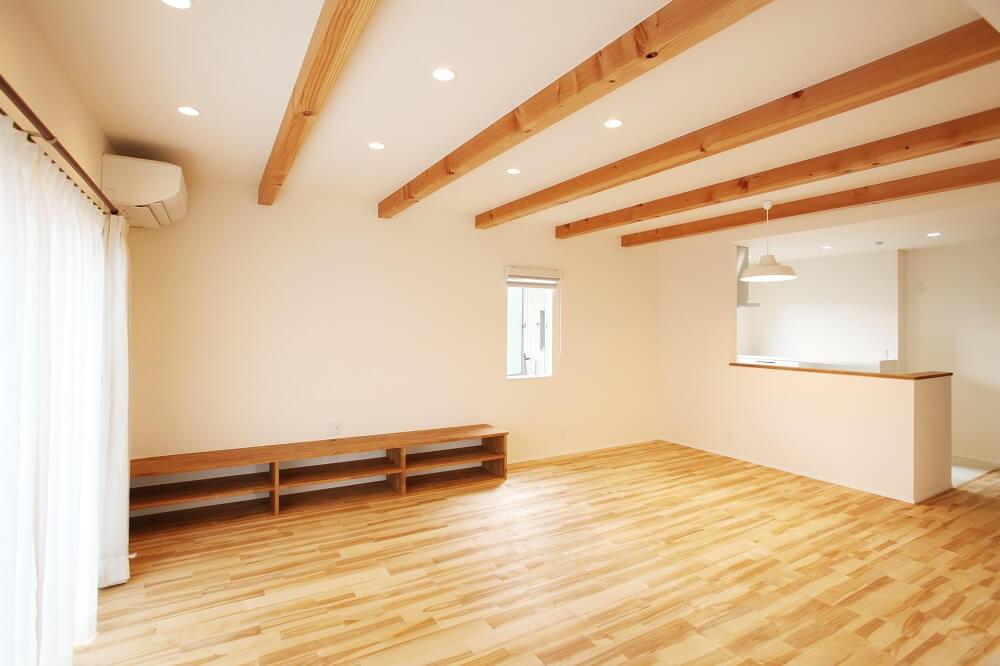 リビングは天井に構造材である梁を見せ、床は無垢床のカバザクラを使用しました。木の暖かさがあるおしゃれな空間です。