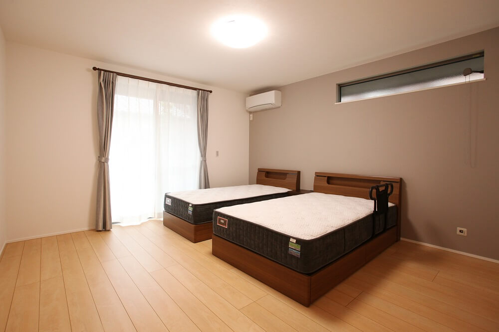 1日の3分の1を過ごす寝室には少し暗めのトーンのアクセントクロスでより落ち着く空間にしました。