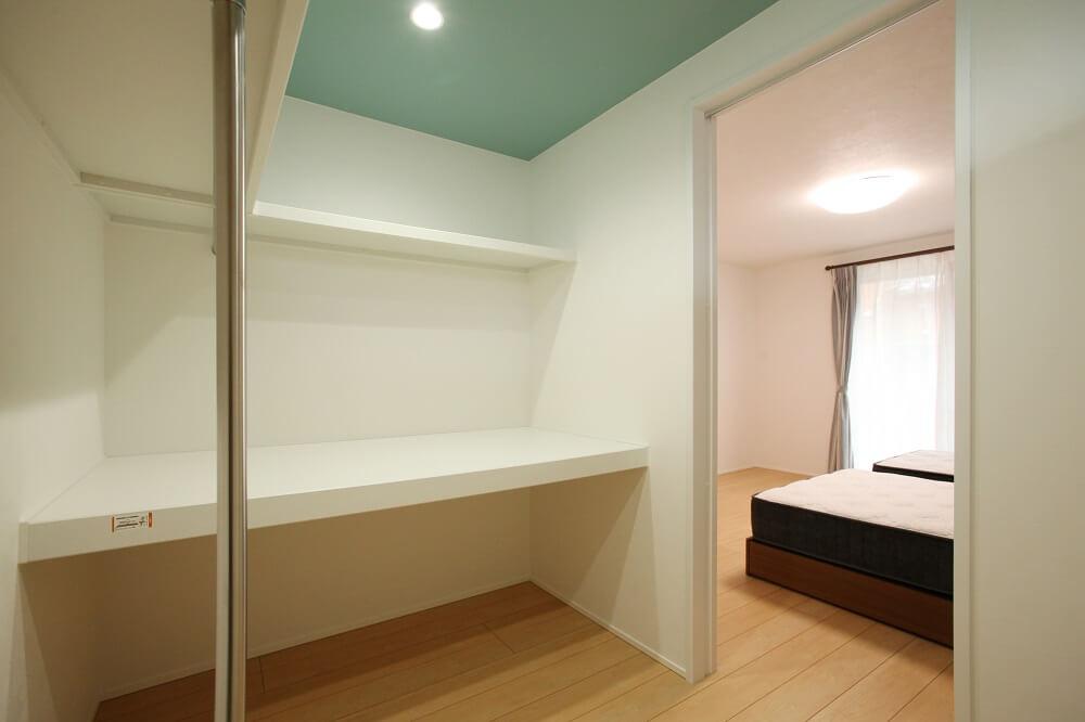 寝室の横のウォークインクローゼットには奥行きのある棚とハンガーパイプをつけて布団や服を収納できるようにしました。