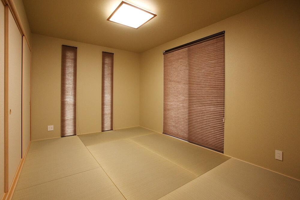 リビングからつながっている和室には、スッキリ見せるために縁なしのいぐさの畳を選びました。