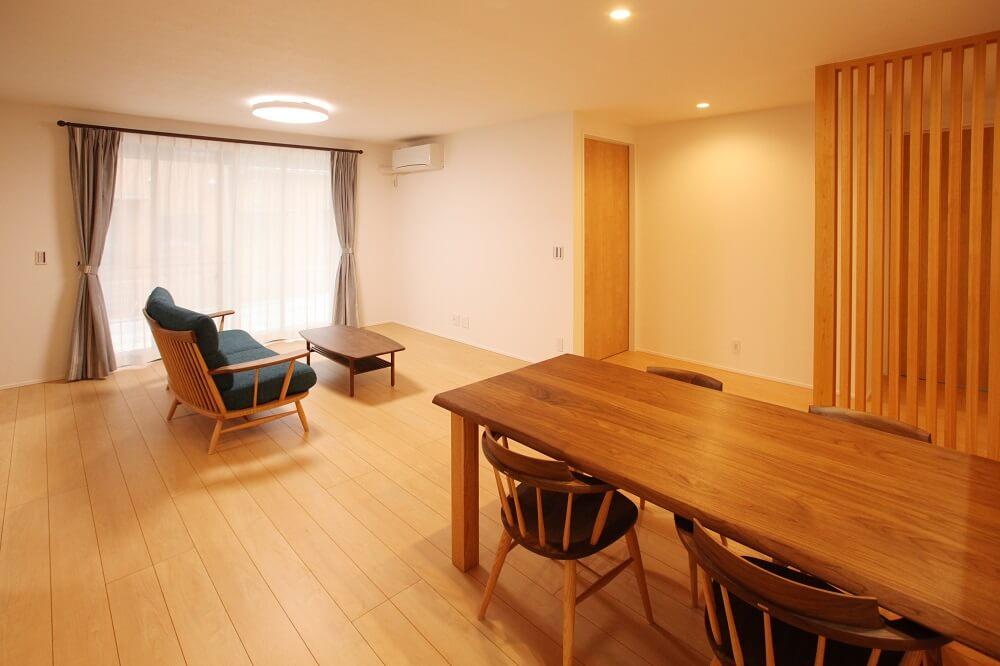 ダイニングとトイレの入り口を間仕切るための壁は圧迫感を減らすために木の格子を付けました。木の温かみが部屋の雰囲気をやわらかくしてくれます。