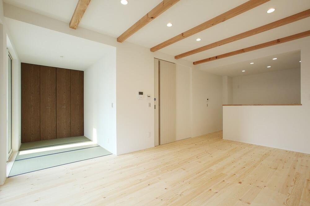 床材は無垢のパイン材を使って、木のぬくもりをたっぷり感じる優しい雰囲気のおうちにしました。