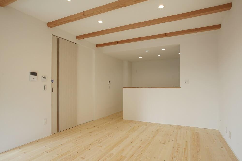 家族と長い時間を過ごすリビングは、梁を見せることで天井を高くし、より開放感のある空間にしました。