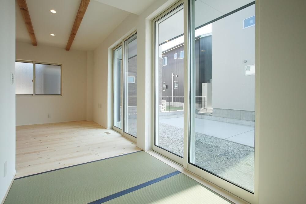 リビングと続きになっている3帖の畳のスペースは、大きい窓から入る太陽の光を浴びながら、洗濯物を畳んだり、お昼寝したりができる場所に。