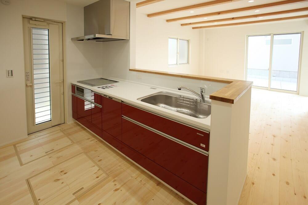 お施主様こだわりの赤いキッチンはシンプルなLifeBoxだからこそ映える色合い… キッチンの前に立つのが楽しみになります。