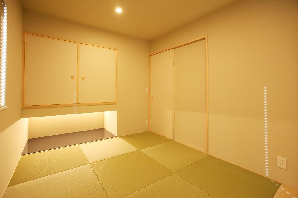 客間として使う予定の和室は、玄関からリビングを通らずに入れる動線にしました。 壁は一般的なクロス貼りではなく、和モダンの雰囲気が出る珪藻土(けいそうど)にしました。
