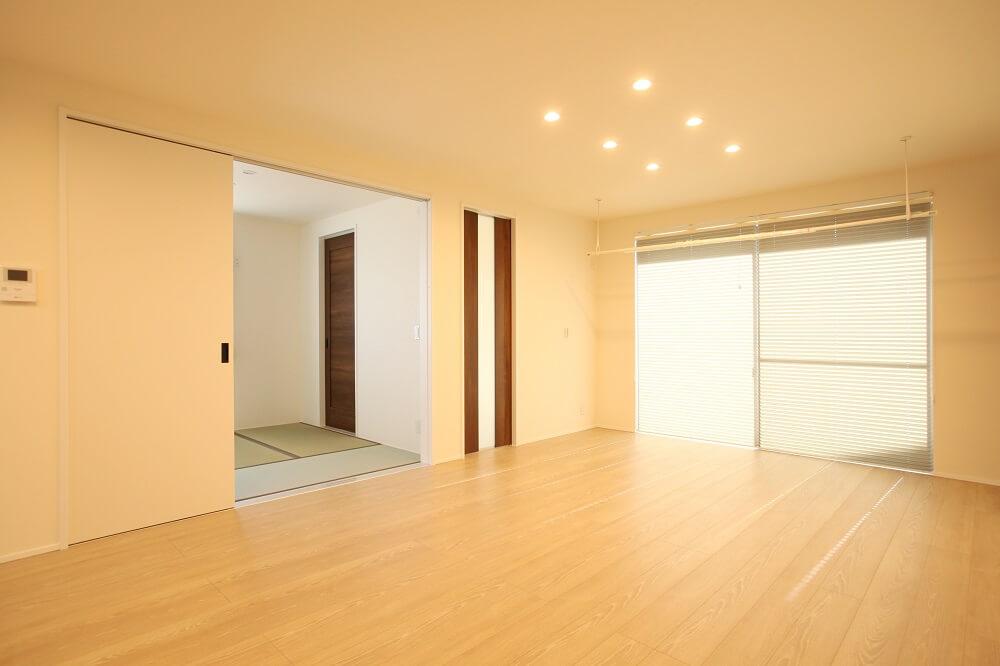 リビングから続きの和室は、普段は扉を開けて開放的に。 お客様が来た時にはリビング側の扉は閉めて、玄関から直接入れるように2方向に入口をつくりました。