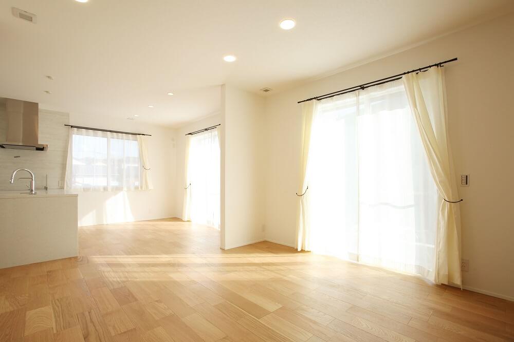 カーテンには、天然素材のリネンのカーテンを選びました。丈夫で長持ち、通気性、保温性のバランスも良いという性質に加えて、天然素材特有の触り心地がとても心地良いです。