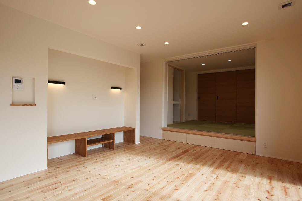 リビングから続きの和室は3枚扉が袖の壁に納まることで開口部分を広がり、家族や友人と過ごすリビングの空間をより開放的に感じられるようにしました。