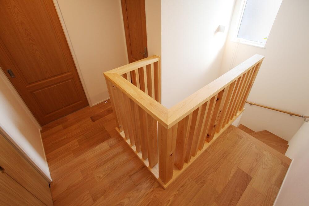 階段上の腰壁は格子状にすることで、1階・2階両方の廊下に太陽の明かりを取り入れられるようにしました。