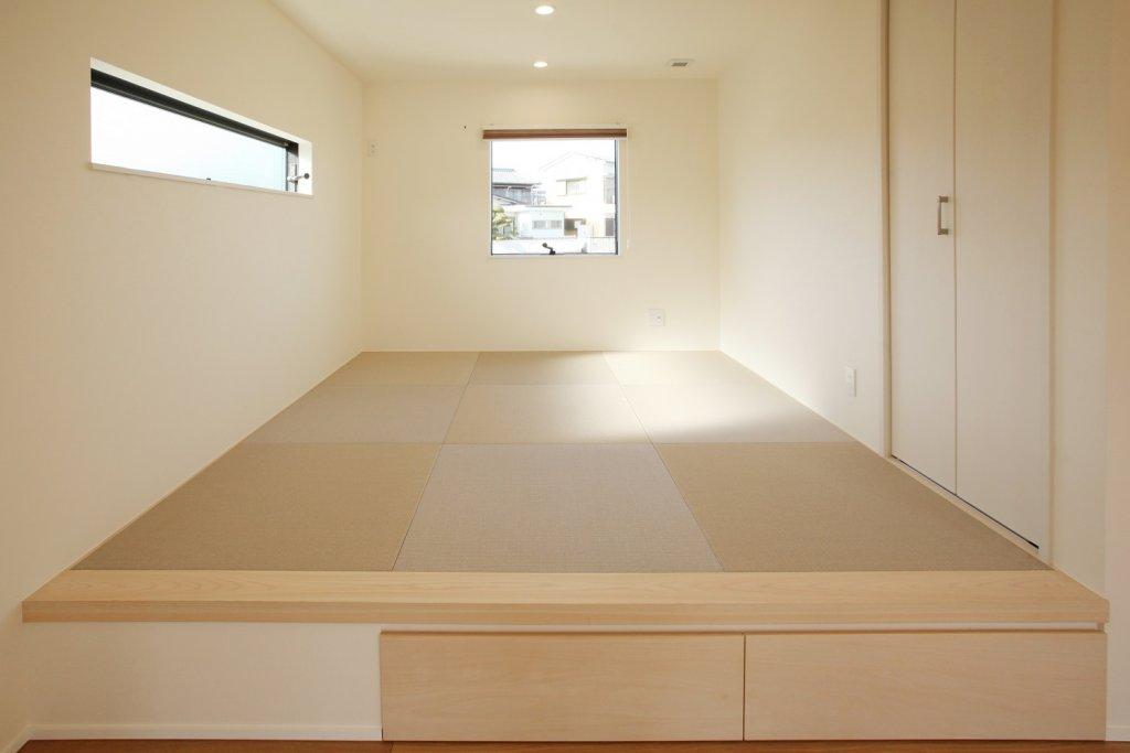 小上がりの和室スペース。リビングの奥まった位置にあるので一つの空間でありながらも、落ち着いて過ごせる空間です。