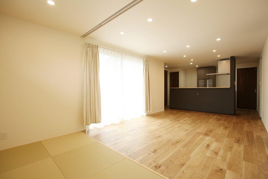 家族が過ごす空間をキッチンから見渡せるLDK空間。リビングとつながる畳コーナーは縁なし畳を採用しシンプルにまとめました。
