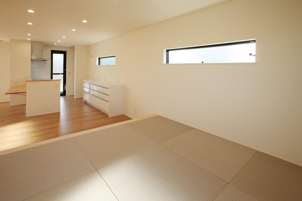 キッチンと横並びのダイニングテーブルを和室側に寄せて座卓を置けば、大人数が集まって宴会もできます。