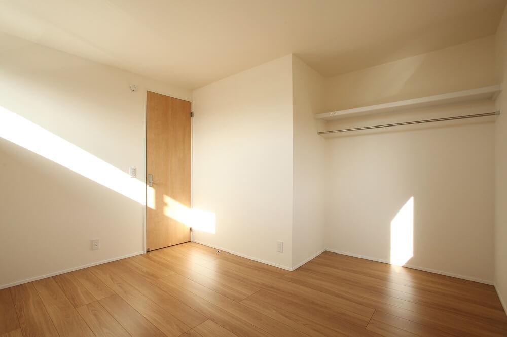 子供室のクローゼットは扉を無しにしました。空間が広く使えること、目が届きやすくなるので整理整頓の意識付けがしやすくなること、扉代がかからない、空気がこもらないなど、メリットもあります。