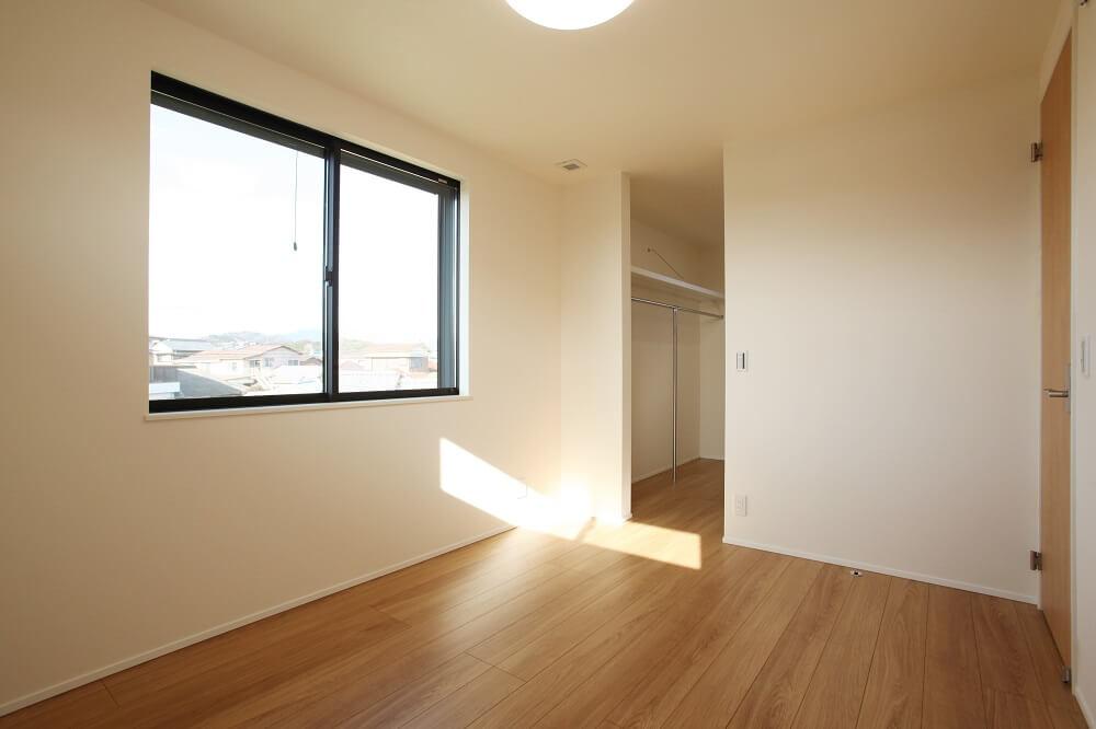 寝室からつながるWIC(ウォークインクローゼット)は、棚とパイプを取付。たたむから掛ける収納方法で家事を楽にします。