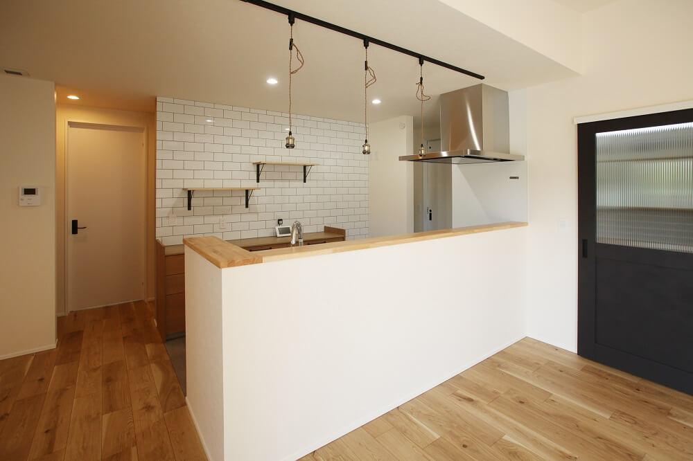 キッチンは前面をすべて腰壁にすることで、視界が開けてよりリビングとつながります。カフェのようなペンダントライトはお施主様のお気に入りアイテムの一つです