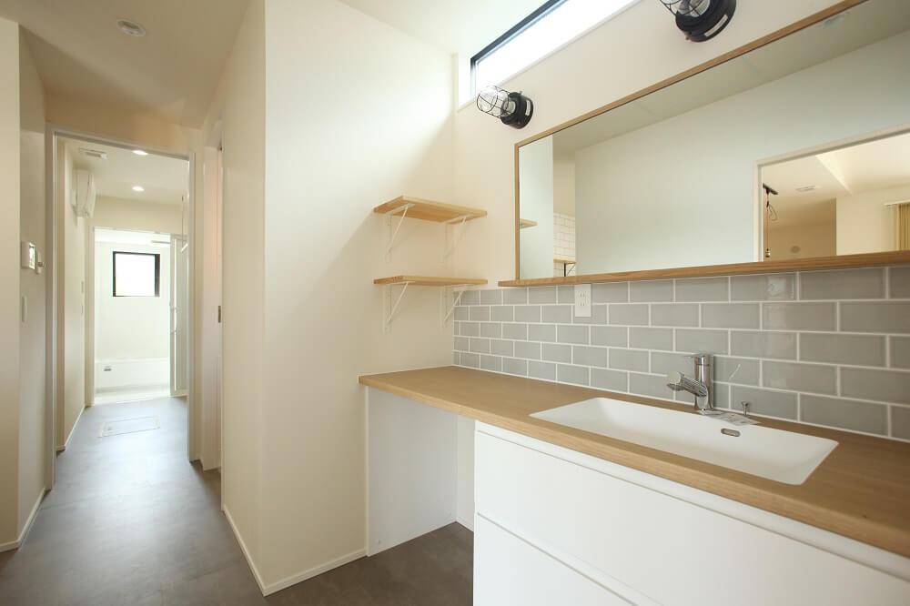 キッチン→洗面台→脱衣兼ランドリールーム→お風呂。水回り動線をまとめて家事動線をシンプルに。また脱衣兼ランドリールーム→洗面→WICLで洗濯動線もシンプルに計画しました。