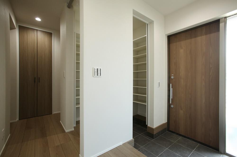 玄関→土間収納→ホールへ通り抜けができるファミリー玄関タイプの間取り