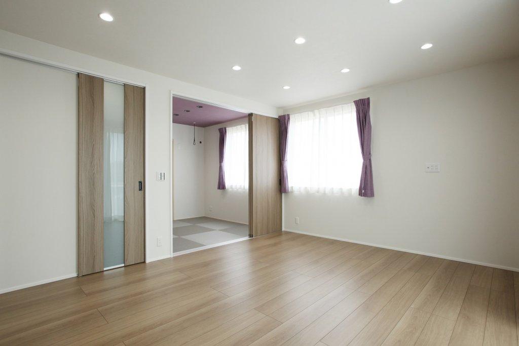 リビングと続きの和室。ホールからの動線もとったので来客時はリビングを通らず和室へ案内ができます